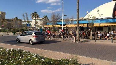 Vendedores ambulantes, ciclistas y falta de aparcamiento abren temporada en Platja de Palma