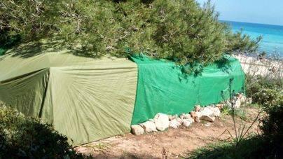 Ciudadanos denuncia que la venta ilegal y las acampadas continúan produciéndose en Cala Varques