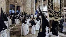 Miles de fieles siguen la procesión del Sant Enterrament por las calles del centro de Palma