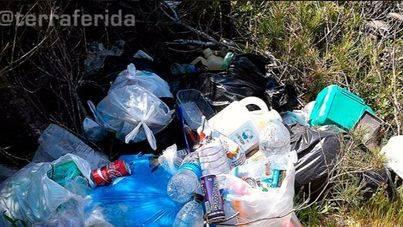 Terraferida denuncia la degradación de Cala Màrmols: masificada, con música y llena de basura