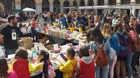 La celebración del Día del Libro incluye actos solidarios para hacer llegar alimentos a los necesitados