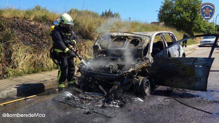 Arde un coche en una urbanización de Inca con riesgo de provocar un incendio forestal
