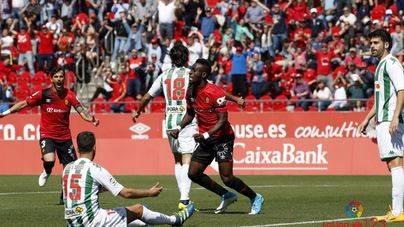 Lago Junior celebra su gol al Córdoba