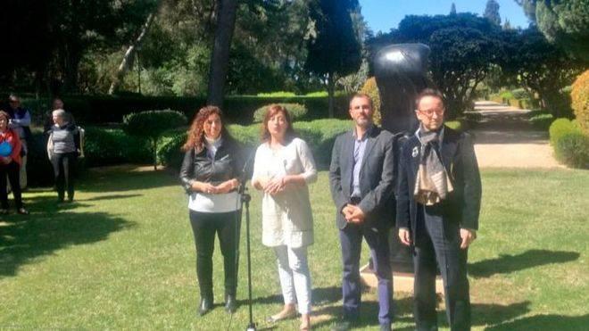 Las autoridades, ante una de las esculturas cedidas por los descendientes de Joan Miró