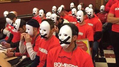 Con máscaras y amordazados