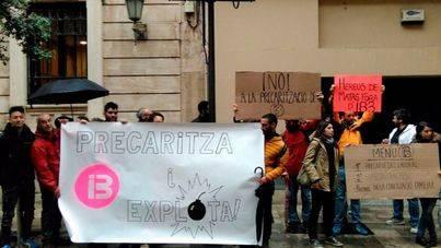 Los trabajadores de estudios protestaban mientras Manresa hablaba en el Parlament