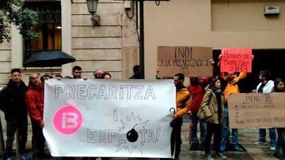 Manifestación de trabajadores de IB3 ante el Parlament