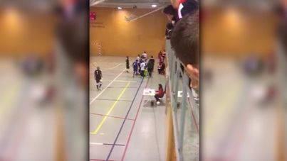 Burlas de niños y adultos a un árbitro agredido por un jugador en pleno partido
