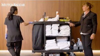 Mutua Balear inicia una campaña de prevención para mejorar la salud laboral de las camareras de piso