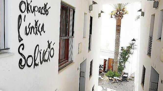 Grafiti en una pared del barrio de Dalt Vila en Ibiza