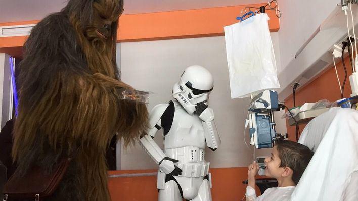 Personajes de Star Wars visitan a los niños de Son Espases