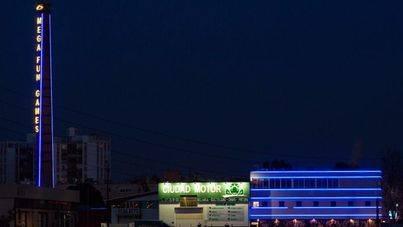 Así luce la antigua estructura de noche