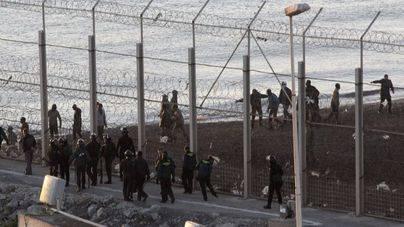 Un numeroso grupo de inmigrantes logra saltar la valla fronteriza en Melilla