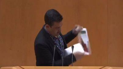 Un senador de Compromís rompe una foto de Susana Díaz y le llama