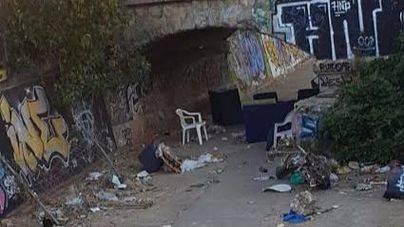 Denuncian riesgos por la acumulación de basuras y trastos bajo el puente de Can Barberà