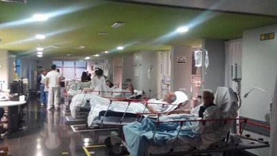 Pacientes de las urgencias de Son Espases pasan la noche en el pasillo