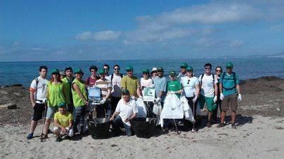 40 voluntarios recogen más de 130 kilogramos de residuos en Es Carnatge