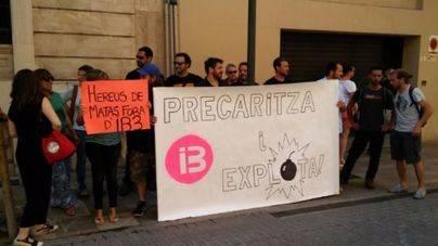 Concentración de trabajadores de IB3 en las puertas del Parlament
