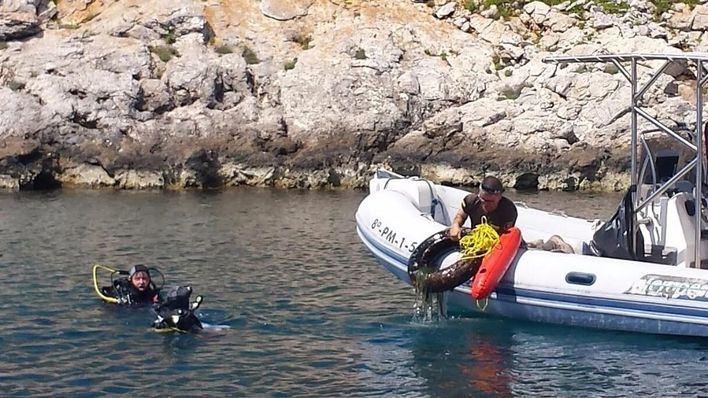 Un grupo de 21 buceadores limpian este sábado los fondos marinos de la isla de Cabrera