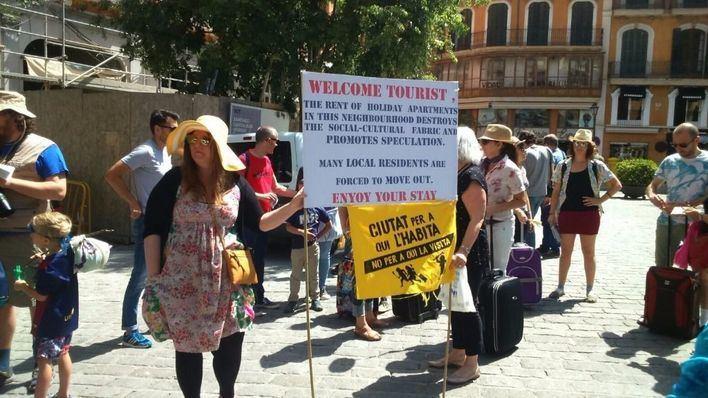 'Ciutat per a qui l'habita' congrega a más de 200 personas en una protesta contra de la turistificación