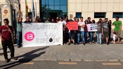 Protesta en la entrada del edificio