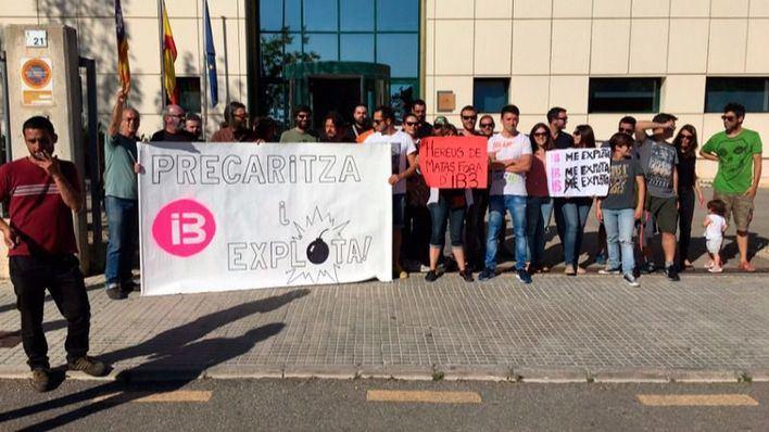 Protesta de los trabajadores en la sede de IB3 este martes