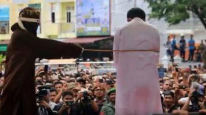 Brutal castigo público a dos homosexuales en Indonesia