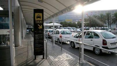 Caos en el aeropuerto por el parón de los taxistas ante la presencia de microbuses ilegales