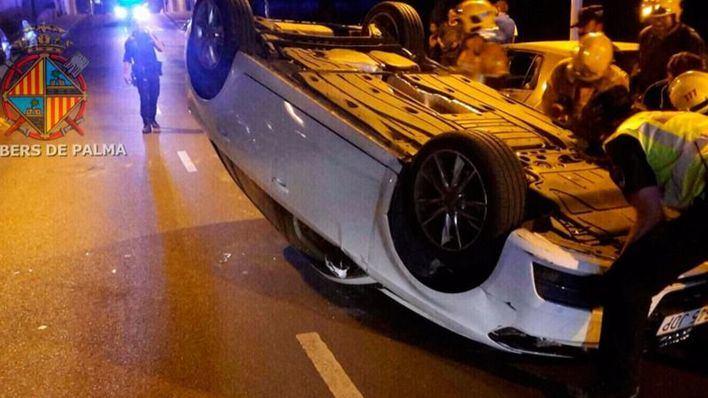 Una conductora borracha colisiona en Palma contra 2 coches aparcados y vuelca
