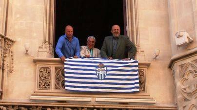 El Consell cuelga la bandera del Atlètic Balears en su fachada