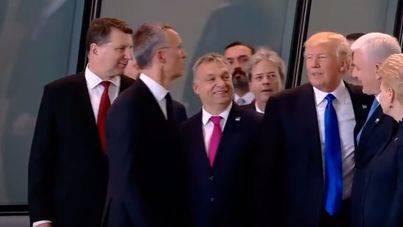 Trump aparta de un manotazo al primer ministro de Montenegro