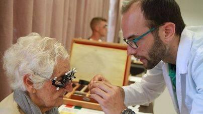Voluntarios revisan la vista a 85 personas en riesgo de exclusión social en Palma