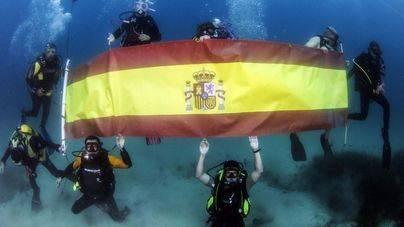 Celebración del Día de las Fuerzas Armadas, también bajo el agua