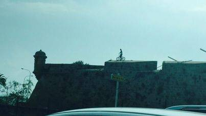 En bici por la muralla del Baluard del Príncep