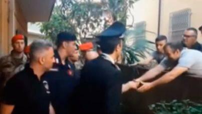 Investigan a la Policía por este besamanos a un Capo de la Mafia en su detención