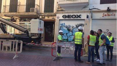 Operarios revisan una farola de la calle Sant Miquel esta mañana.