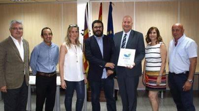 El equipo de Alcudiamar, junto al conseller Vicenç Vidal Matas