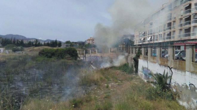 La gamberrada de un incendio en sa Riera de Palma colapsa el tráfico en la zona del canódromo