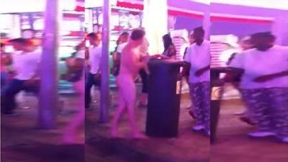 Nuevo desfase en Magaluf: desnudo, borracho y a golpes con una papelera en medio de la calle