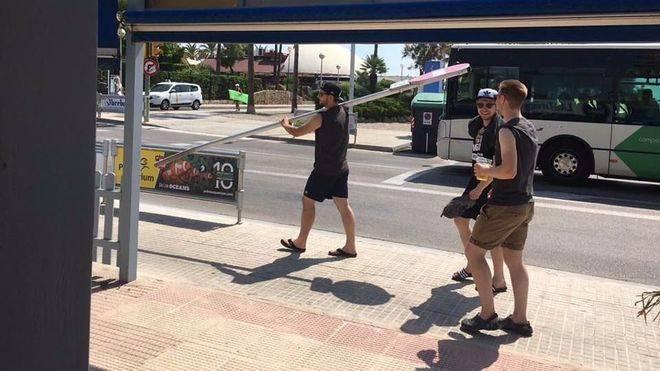Un grupo de turistas cerveza en mano se paseaban con total impunidad por la Platja de Palma el viernes con una señal de tráfico y llegaron a cortarlo en algún momento