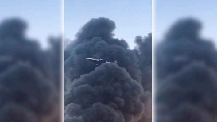 Investigan las causas del espectacular incendio de la planta de Cáritas en Maó