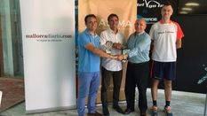 Toni y Joan Porras, ganadores del torneo, recogiendo el trofeo de manos de Francisco Martorell, presidente de ASIMA y Santi Martorell, director del Club Padel Go In