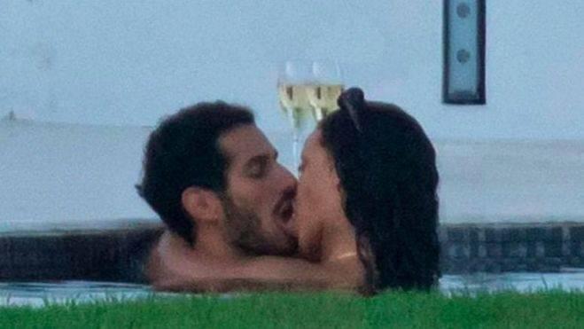 Rihanna, cazada en pleno revolcón con su novio en una piscina