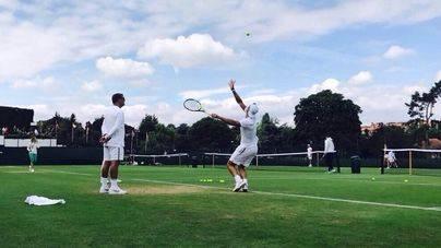 Nadal en un momento del entrenamiento en Wimbledon