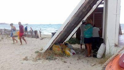 Basura en Es Trenc, a la espera del servicio de hamacas y sombrillas