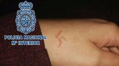 Seis detenidos por marcar a una chica con una esvástica