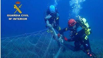 La Guardia Civil retira una red del fondo marino en Calvià