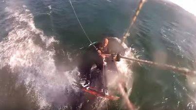 Está haciendo kitesurf y se le cruza una ballena