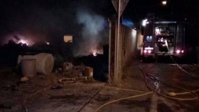 Los Bomberos de Palma actúan durante de 6 horas para extinguir un incendio en un solar de Sa Indioteria