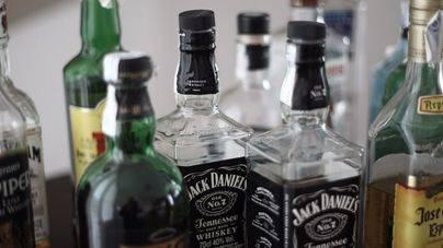 El Govern exige al Estado y a la Comisión Europea limitar el consumo de alcohol en vuelos y aeropuertos